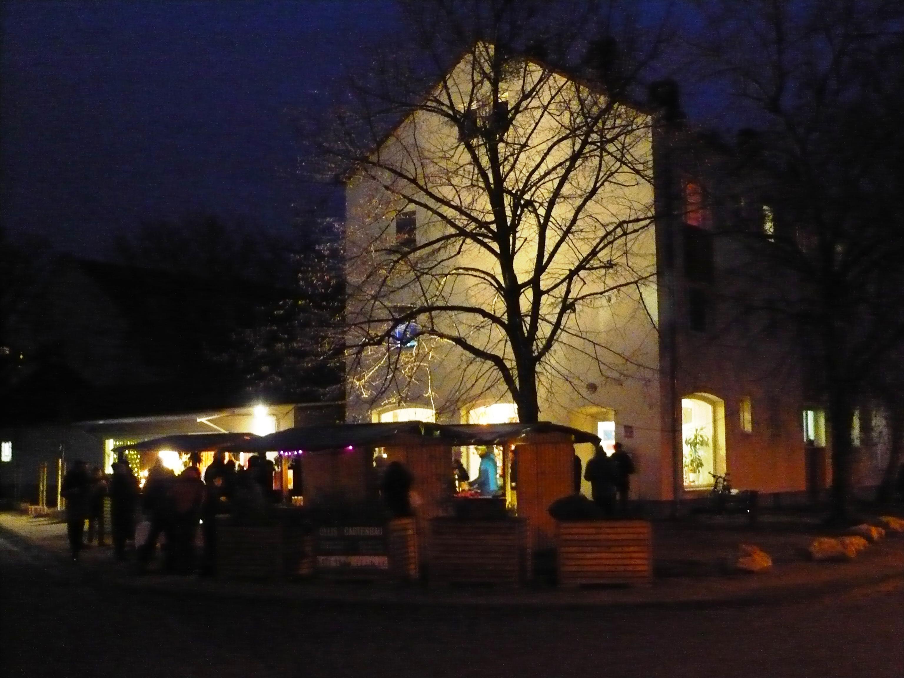 Über 300 Nachbarn und Freunde feiern auf Darmstadts kleinstem Weihnachtsmarkt in der Postsiedlung…