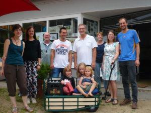 Überraschung beim Freitagscafé – nagelneuer Bollerwagen für den Quartierladen!
