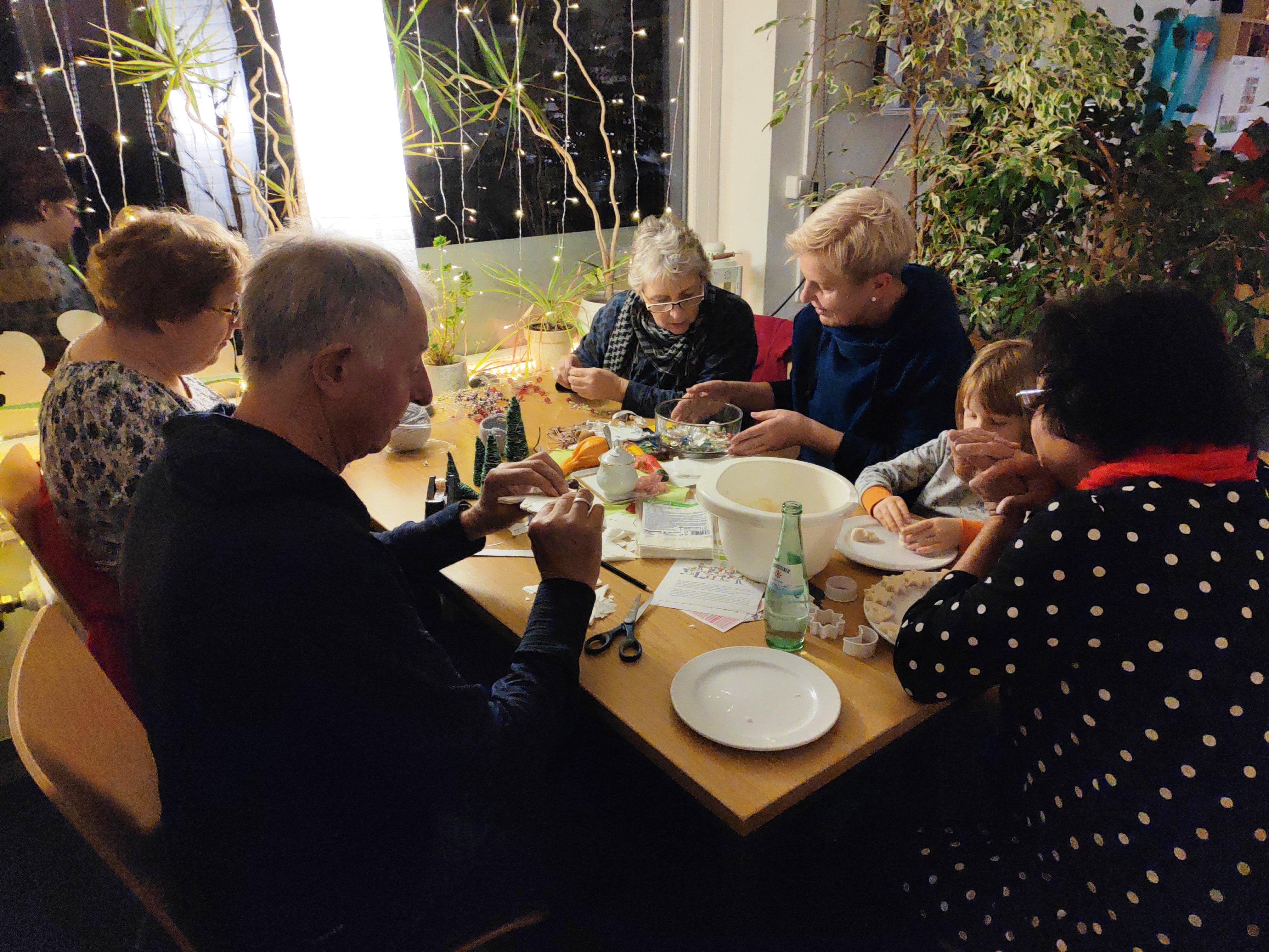 Vorweihnachtliches Freitagscafé: ab sofort wird gebastelt…