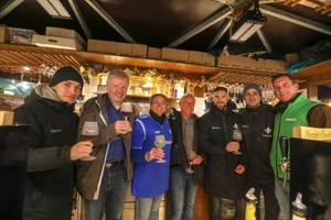 Lilienkicker vom SV Darmstadt 98 schenken Glühwein für unseren Quartierladen aus!