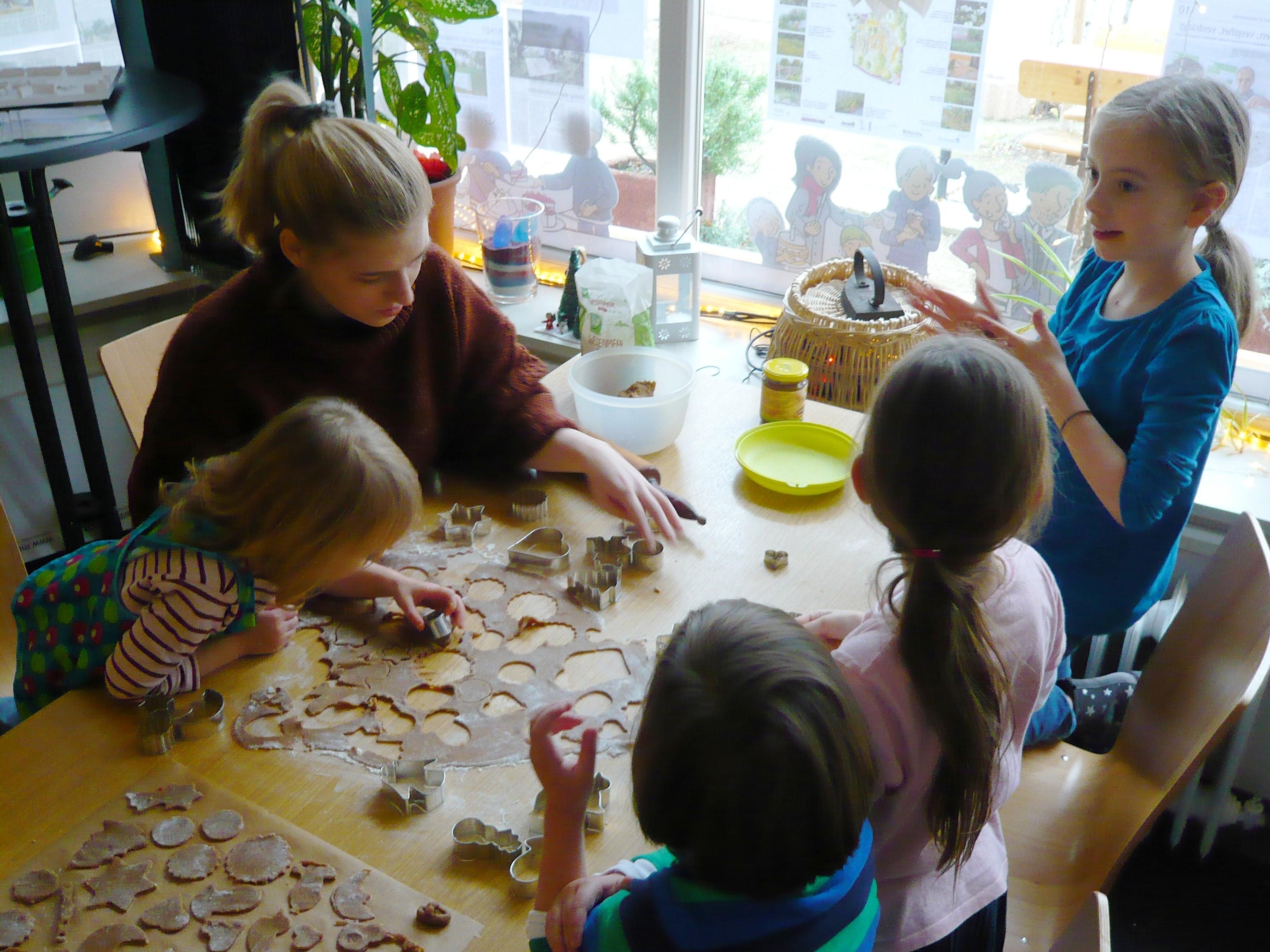 Lustiges Plätzchen backen mit Kids aus dem Quartier am 1. Advent