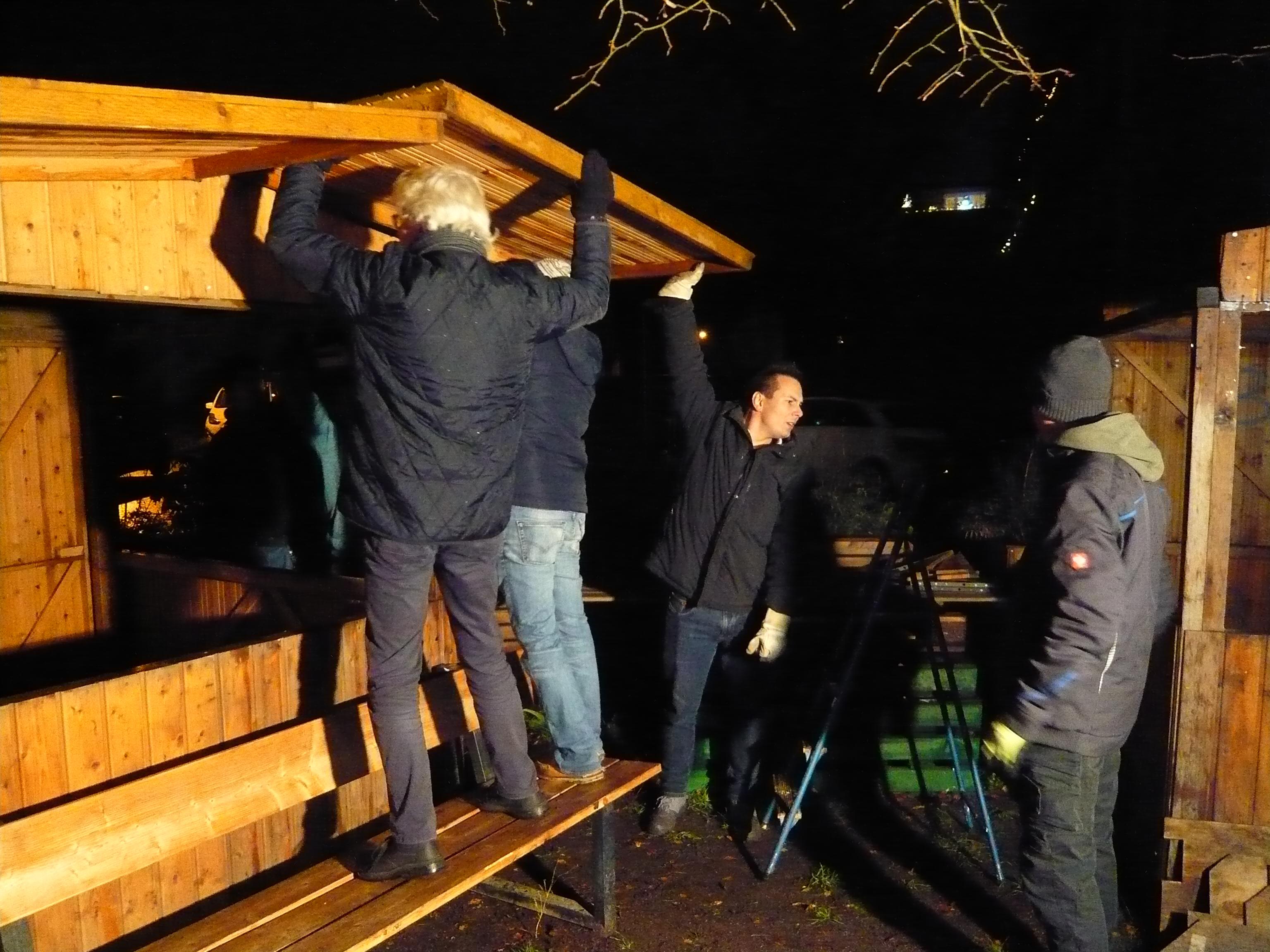 Aufbau Weihnachtsmarkt: 14 Menschen, strömender Regen – und alle packen an!