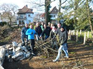 Gelungene Nachbarschaftsaktion: Unsere Totholzhecke fürs Biotop