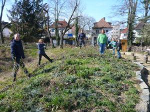 Biotop und Quartierplatz: Frühjahrsstart-Arbeitseinsatz bei Sonnenschein und blauem Himmel