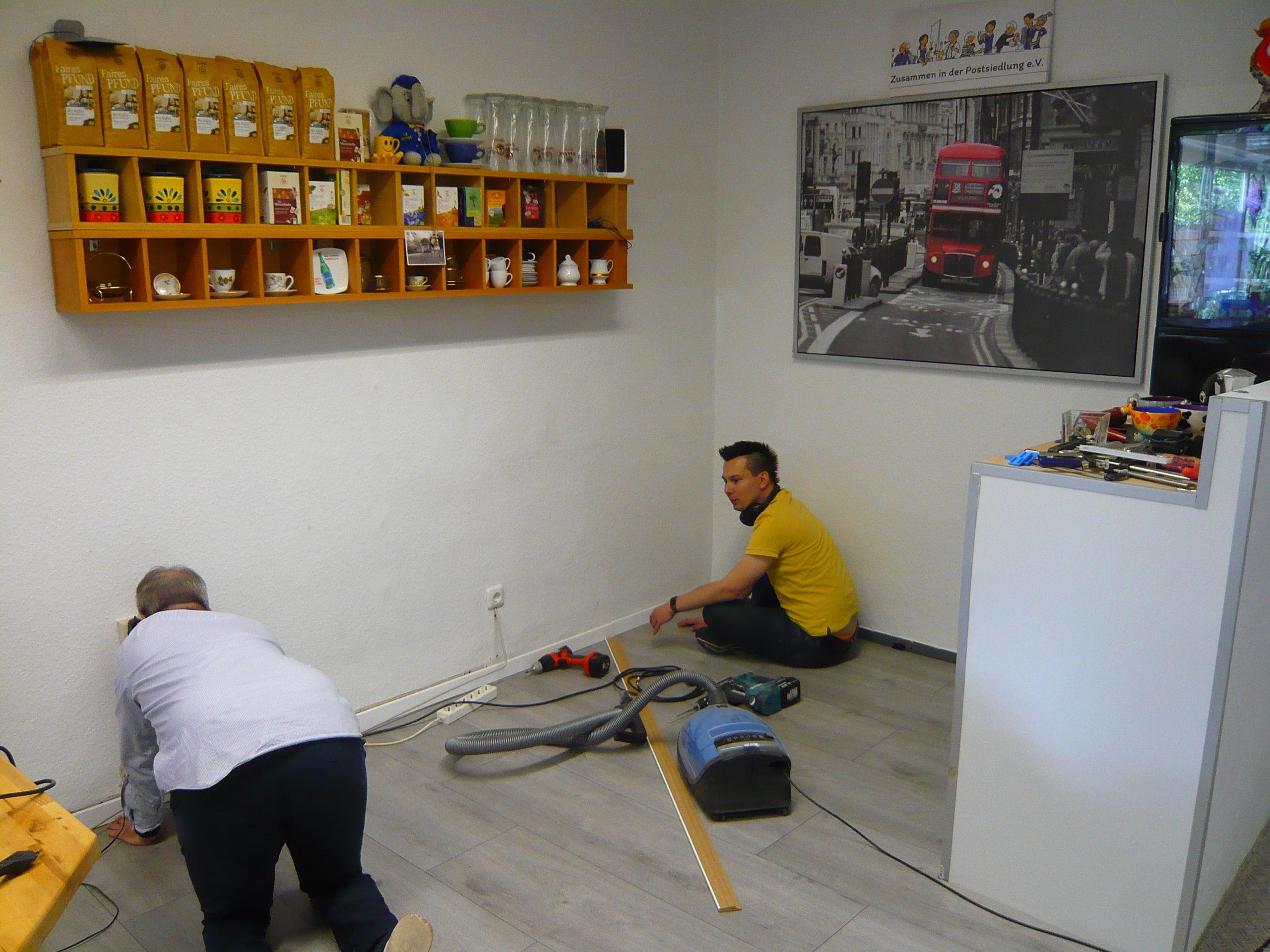 Quartierladen: Engagierter Arbeitseinsatz bringt neues Laminat auf den Boden + Glanz in die Hütte :-)