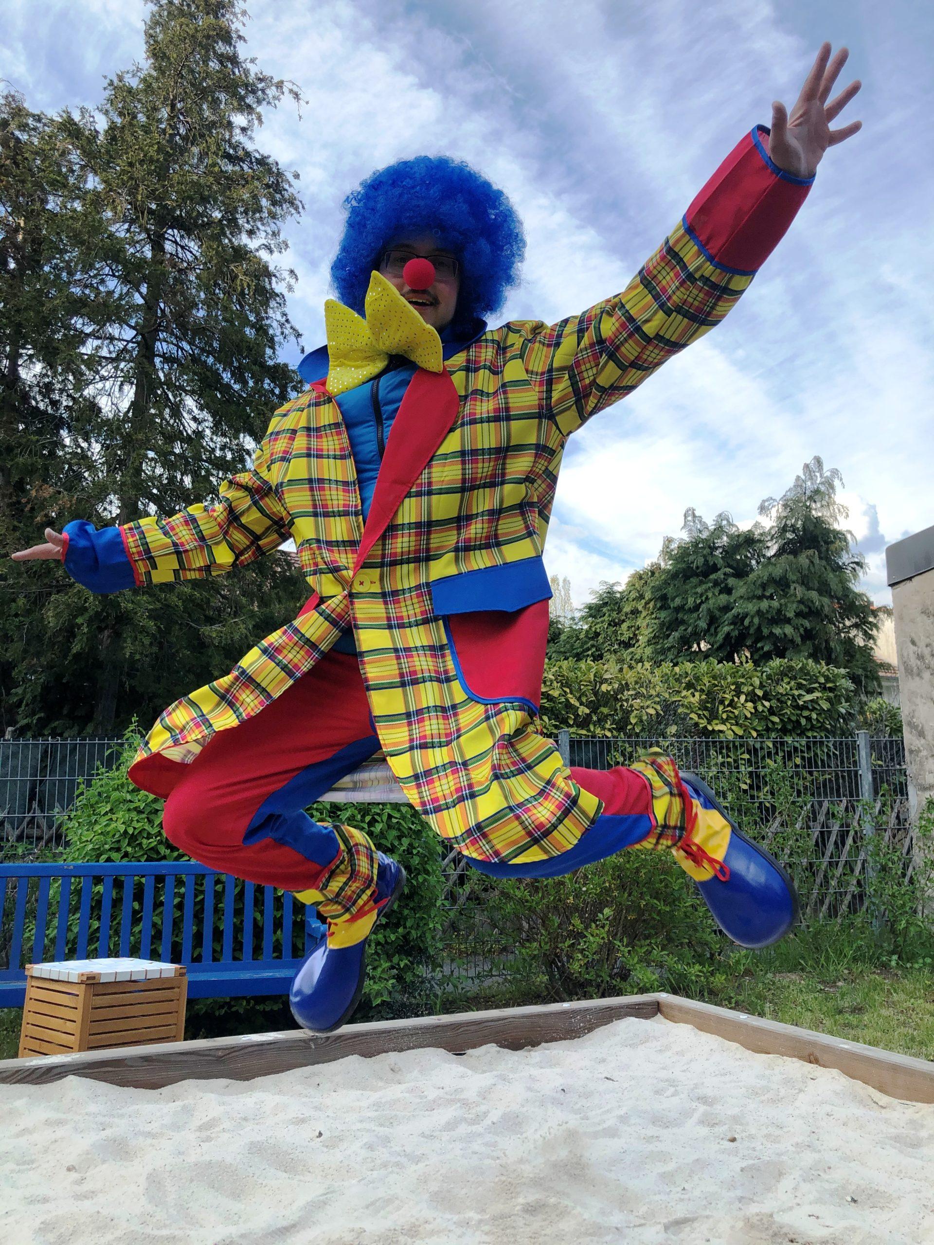Umsonstladen: Unser Clown bringt gute Laune und kleine Geschenke ins Quartier