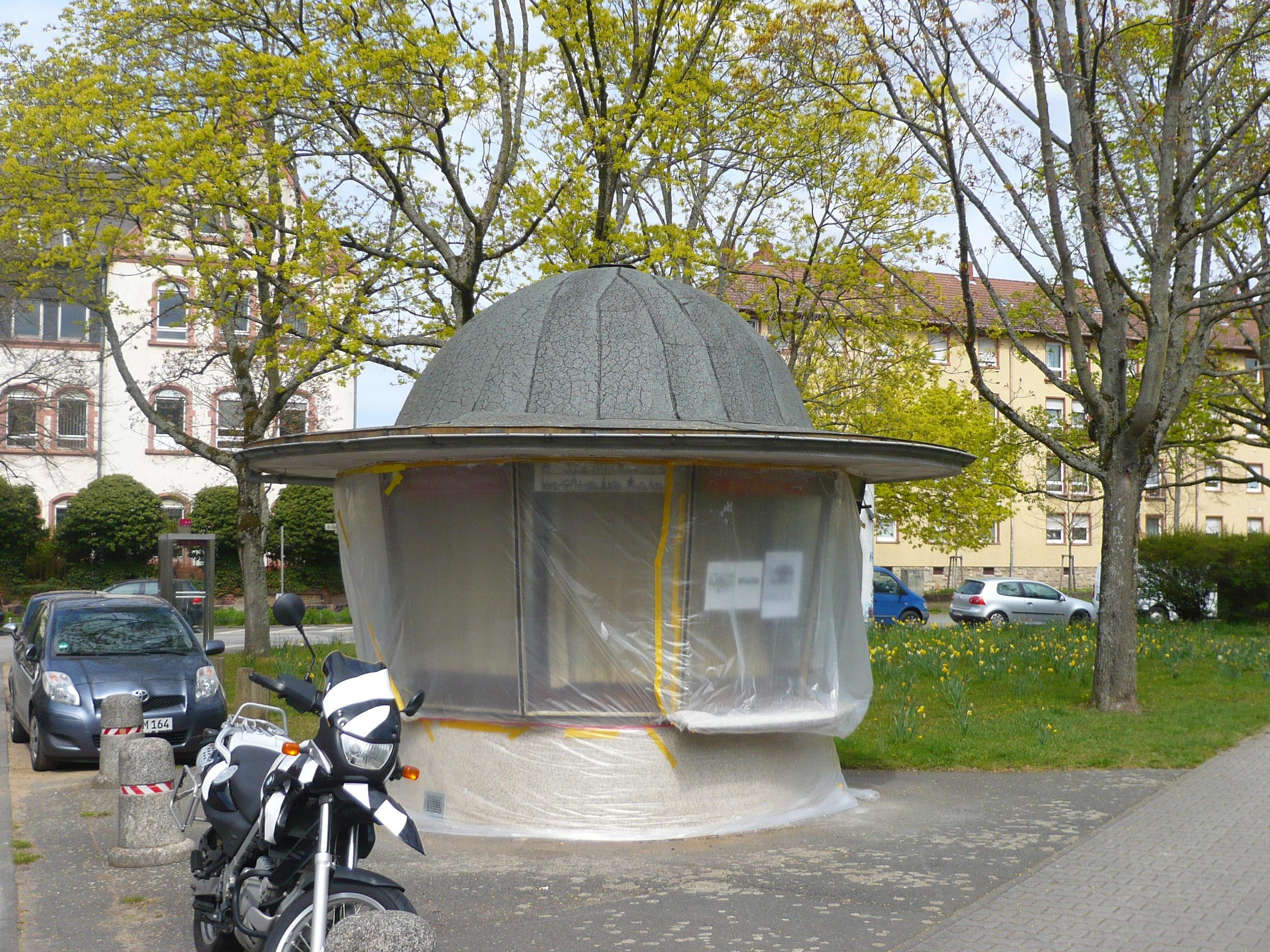 Kiosk 1975: Wir präsentieren – Christo-Verhüllungskunst in der Postsiedlung :-)